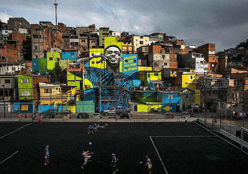 Piłkarskie murale rozświetlają szare ulice metropolii. Piękna wycieczka od Kairu do Ursynowa