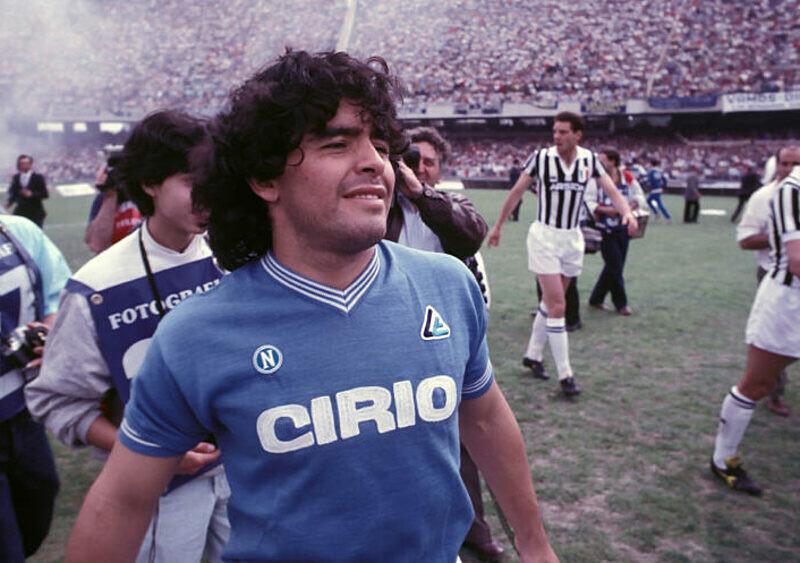 Diego Maradona na sześćdziesiąt lat. Pamiętacie jak strzelał z wiatrówki w Newell's Old Boys?