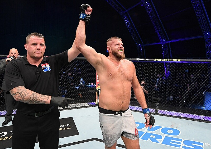 Niespodziewany wybór UFC. Tybura zawalczy z byłym futbolistą