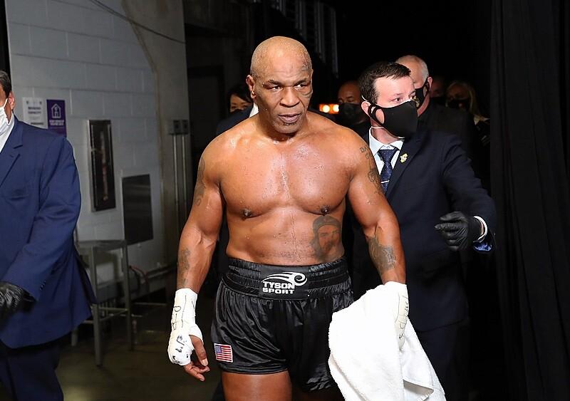 """Remis zgodnie z planem. Mike Tyson wrócił na ring w """"walce wujków na grillu"""""""