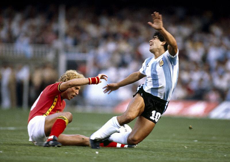 Chodź, złamię ci nogę. W którym momencie piłkarze przestali rąbać, siekać i uciekać? (KOMENTARZ)