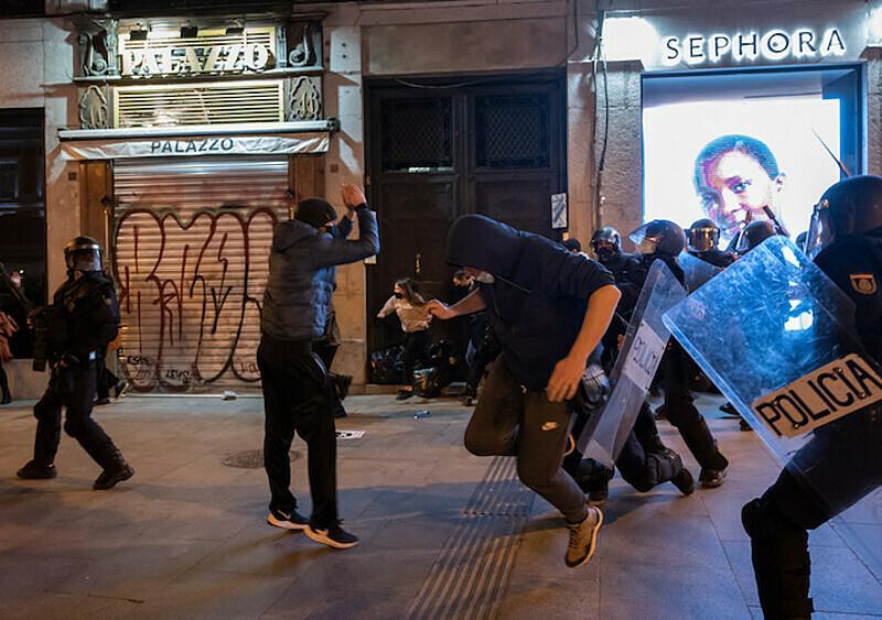 Zamieszki i bójki z policją na hiszpańskich ulicach, 30 osób rannych. A wszystko to przez... rapera