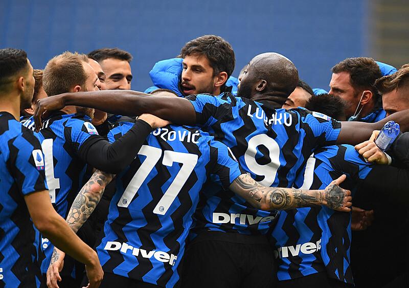 Król przyćmił boga. Duet Lu-La prowadzi Inter w stronę mistrzostwa