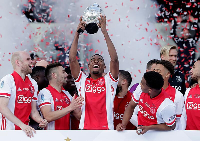 Niesamowita akcja Ajaxu. Mistrz Holandii przetopił trofeum i rozdał fragmenty kibicom