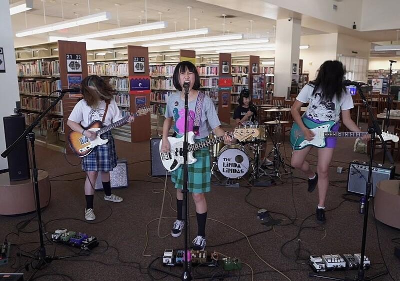 Punkowe nastolatki z biblioteki: antyrasistowski viral i propsy od ikon alternatywy
