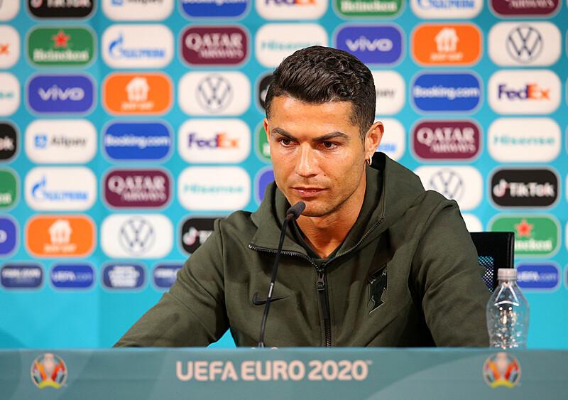 #EUROnewonce #6. Gra w butelkę. Czy Ronaldo dał sygnał do zerwania z hipokryzją