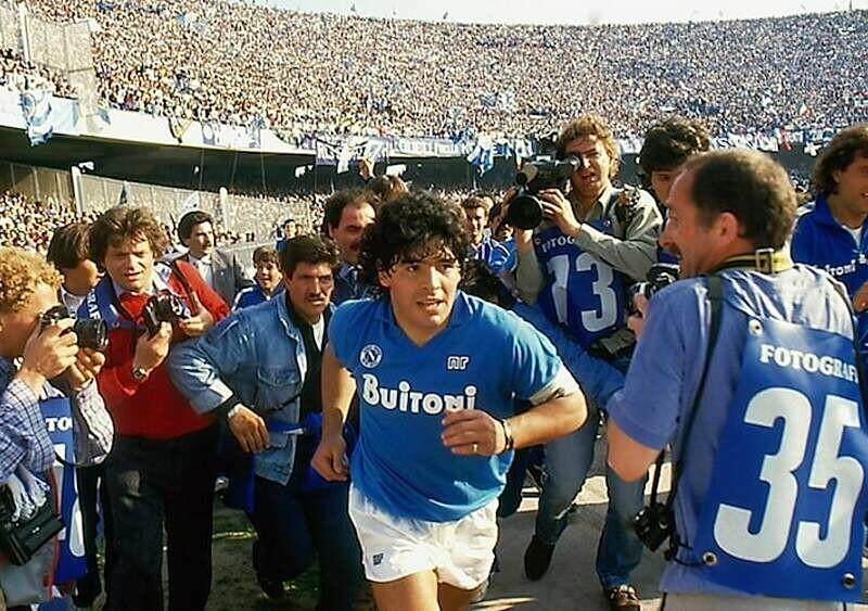 Diego Maradona nie żyje. Jak najlepiej go wspomnieć? Obejrzyjcie dokument o jego karierze, bo jest po prostu świetny